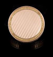 Boite ronde à miniature en or de deux tons à décor strié - Diamètre : 8cm -  Poids 96,6g (manque la miniature et porte le numéro 2370)  Circular gold box - Diam : 3,1in. ( the miniature is missing)