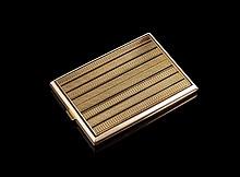 Etui à cigarettes en or guilloché en or 585,  fermoir en onyx - Poinçon de maitre SK - Dim : 11x8cm -  Poids : 197,9g  Gold cigarette case with onyx clasp - Dim : 4,3x3,1in.