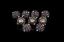 Neuf boutons en argent filigranné ornés de perles turquoises et grenats ( manques ) poids brut : 59,5g  Nine silver, garnet and turquoise buttons  (little damages)