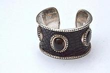 CLAIRE DEVE (attribué à) Bracelet manchette en argent gainé de cuir façon crocodile et ornée de cabochons de nacre et quartz fumé -  Largeur : 5cm -  Poids brut : 130,4g
