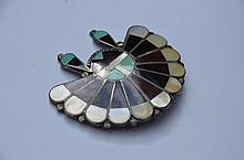 Broche figurant une coiffe d'indien en argent, corne, nacre et turquoise. Poids brut : 22,2 g