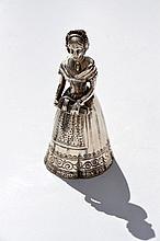 Clochette de table en argent figurant une musicienne -  Travail étranger début 20ème -  Hauteur : 10,5cm -  Poids : 108,4g