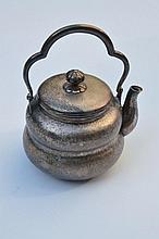 Petite théière balustre en métal argenté -  Travail du Japon fin 19ème -  Hauteur : 12,5 cm -  Poids 153,1g