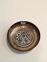 Coupe vide-poches en métal argenté centré de la médaille