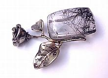 Broche Rose en argent ornée d'un important quartz rutilé en sertis clos -  Hauteur  : 7 cm -  Poids brut : 34,8g