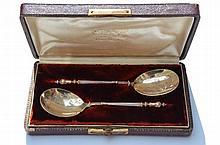 Paire de cuillères en argent à spatule baguette guillochée -  Longueur : 13,5cm -  Poids : 35g