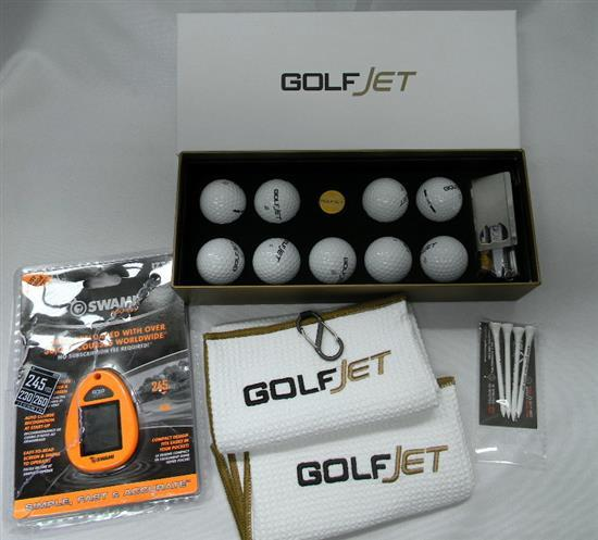 The golf set incl. towels, tees, balls etc.