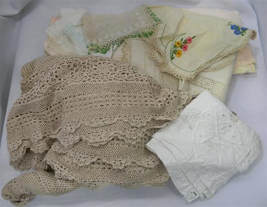 A bag of assorted vintage and other lace and linen