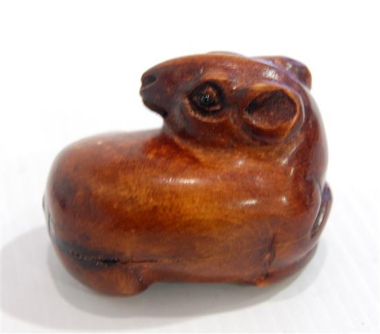 A boxwood carved netsuke mouse look back