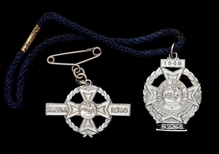 A pair of 1940 Sandown Park badges, consisting of a gentleman's badge