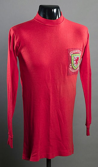 Wyn Davies: a red Wales No.12 substitute's jersey season 1970-71,  lon