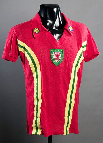 Terry Yorath red Wales No.10 international jersey,  short-sleeved Aert