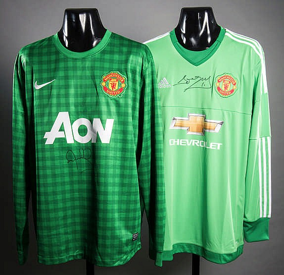 official photos c14e4 cbb45 Manchester United replica goalkeeper's jerseys signed by ...