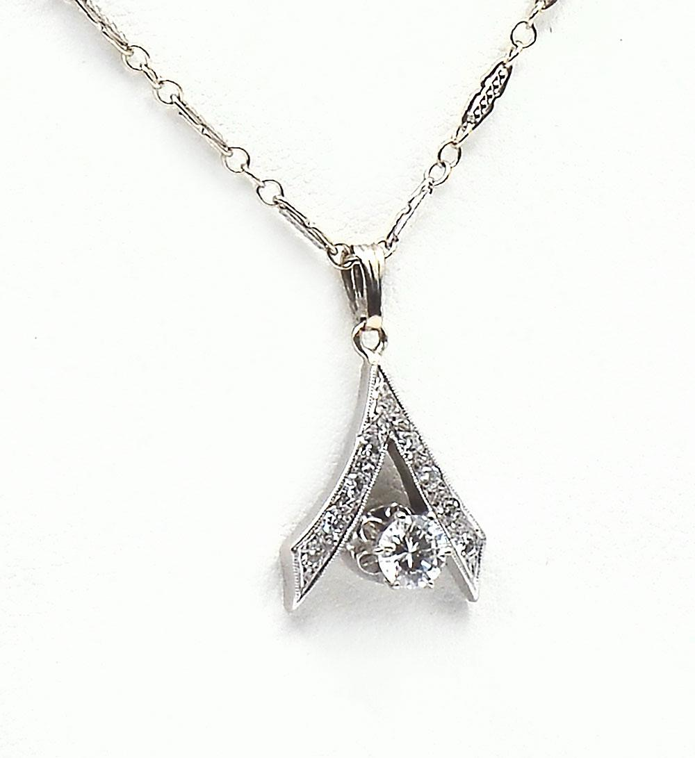 14K DIAMOND SOLITAIRE ON FETTERED CHAIN