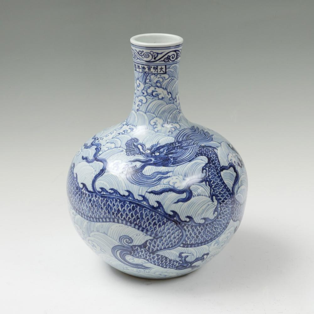 LG. BLUE AND WHITE GLOBULAR CHINESE DRAGON VASE IN BOX