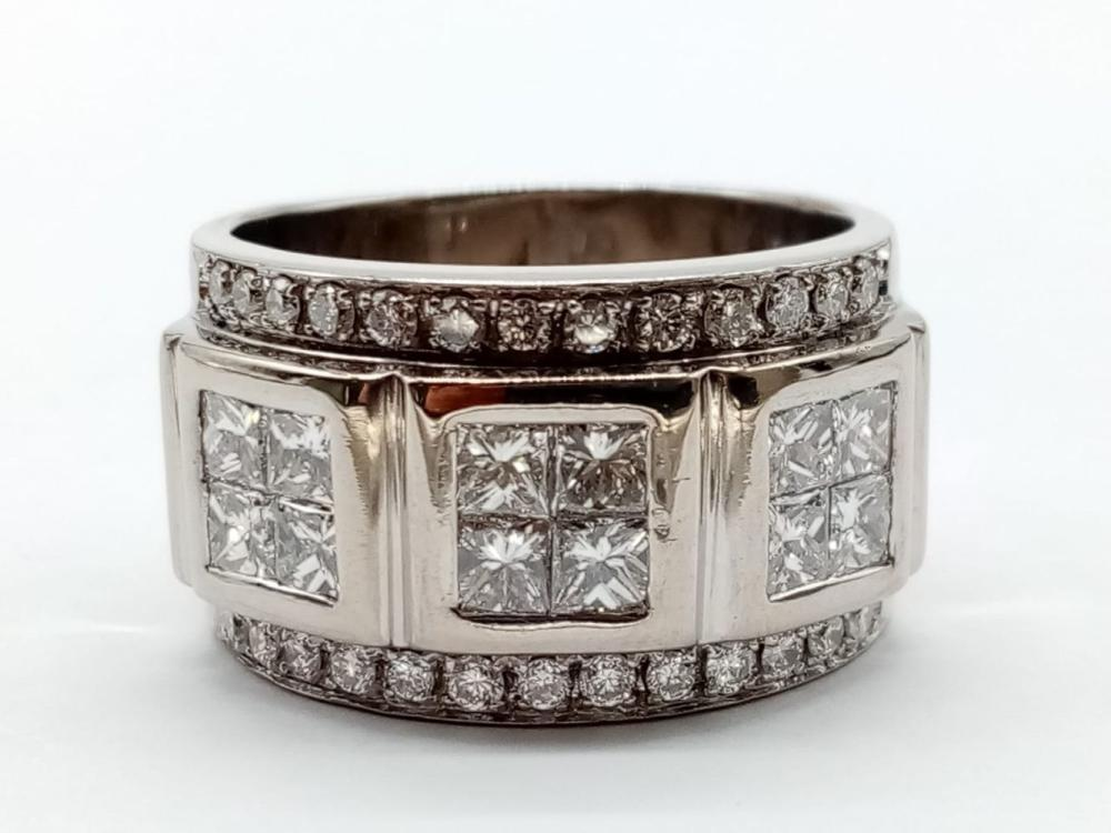 A gents 18K white gold diamond ring with over 4 carats of top quality diamonds. Total weight: 19.1 g. Size: T