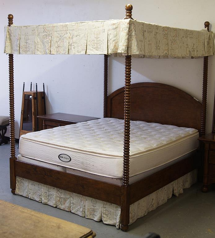 Potrero Canopy bed w/ Pair side chests
