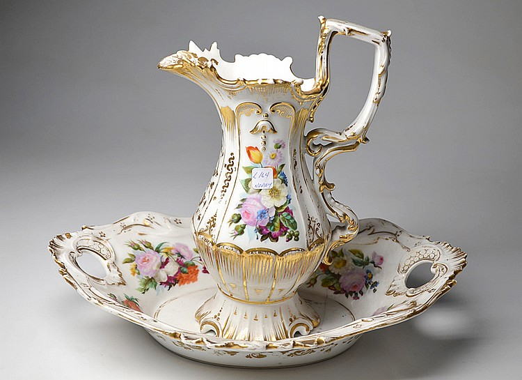 A FRENCH PORCELAIN PITCHER AND WASH BASIN