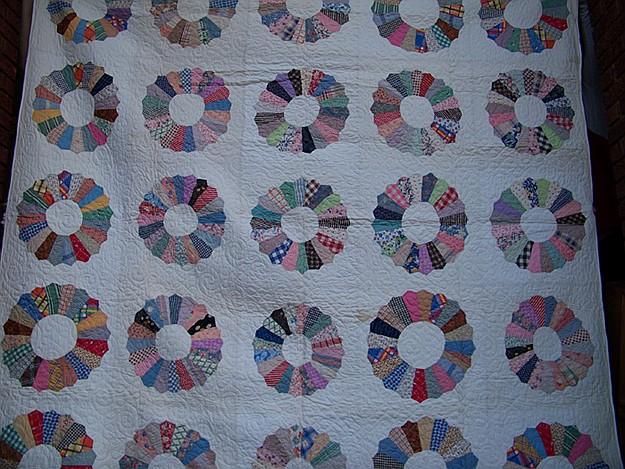 Quilt in Dresden Plate Pattern