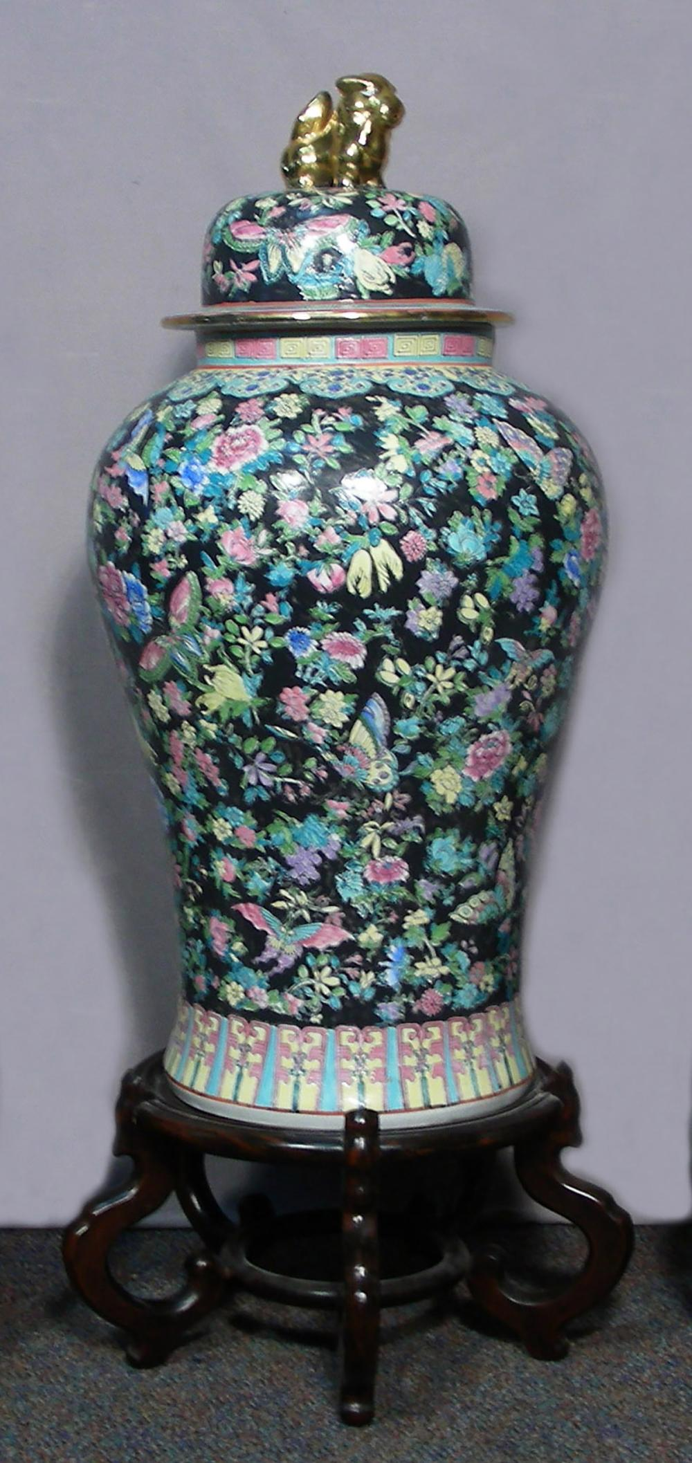 VERY LARGE HAND PAINTED CHINESE PORCELAIN COVERED URN