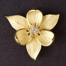 Ladies Flower Brooch in Yellow 18K Gold with Diamond
