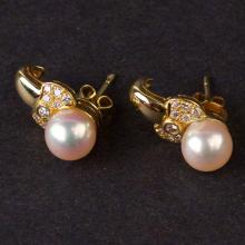 Ladies Earrings in Yellow 18K Gold with Diamonds and Pearls