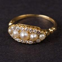 Vintage Ladies Ring in Yellow 18K Gold with Diamonds and Pearls