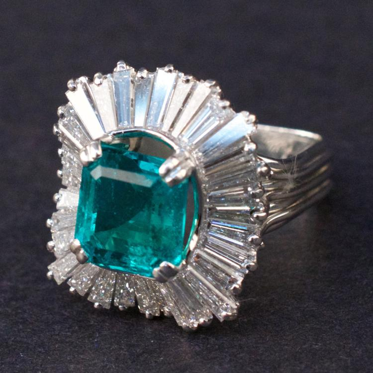 Ladies Ring in Platinum with Emerald and Diamonds
