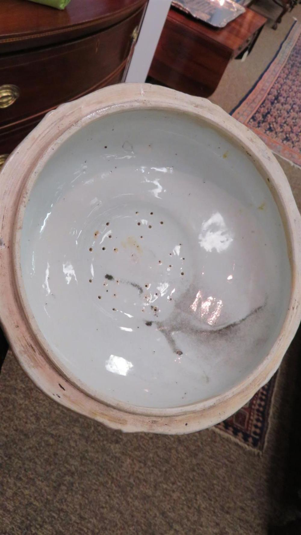 Chinese Export clobbered porcelain tureen and cover