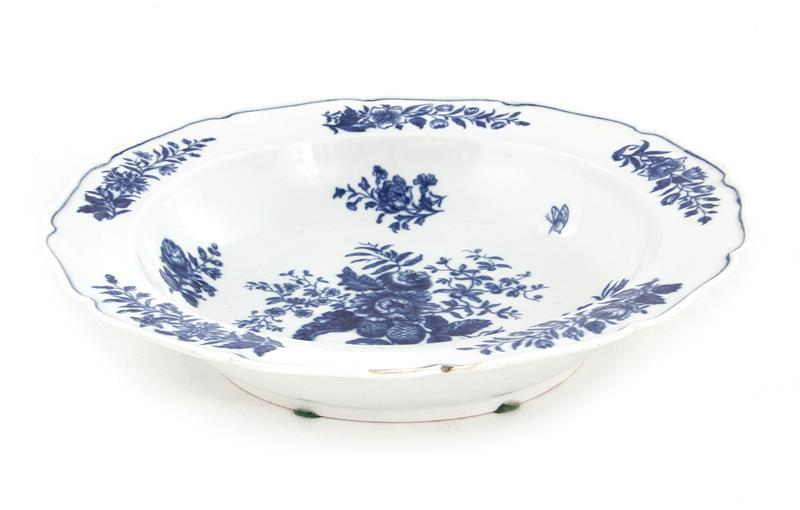 Early Worcester blue-painted porcelain basin