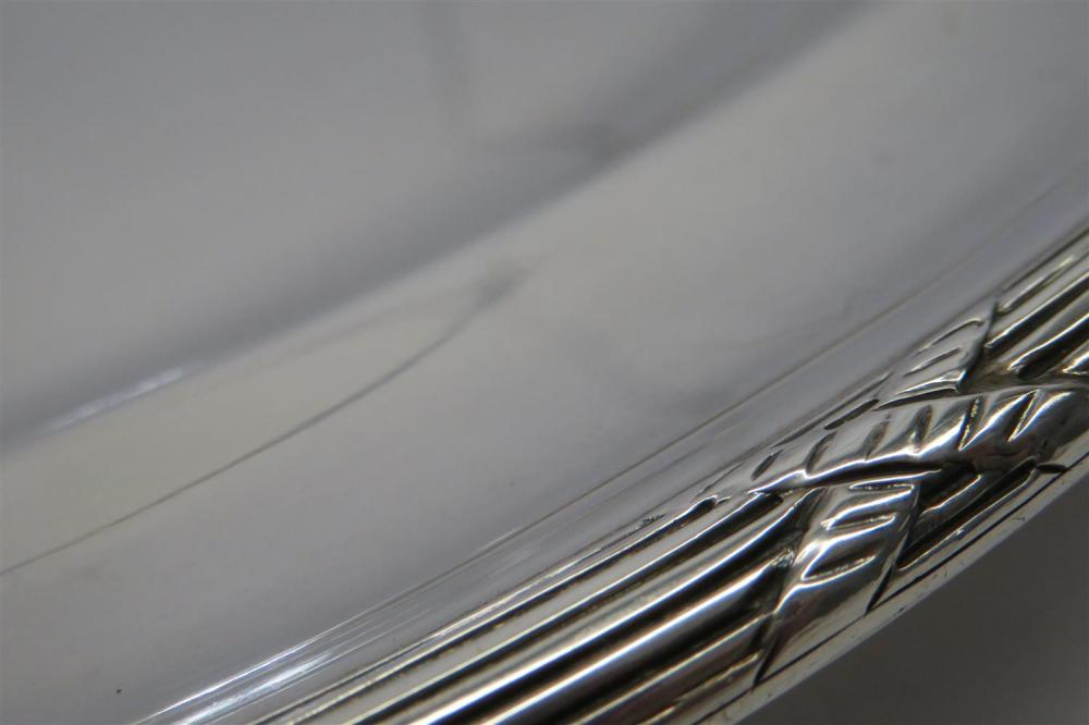 English silver graduated platter set, Goldsmiths & Silversmiths Co (3pcs)