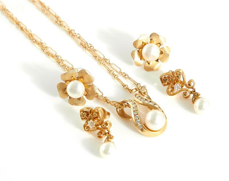 Pearl and diamond pendant necklace and pairs of earrings (5pcs)