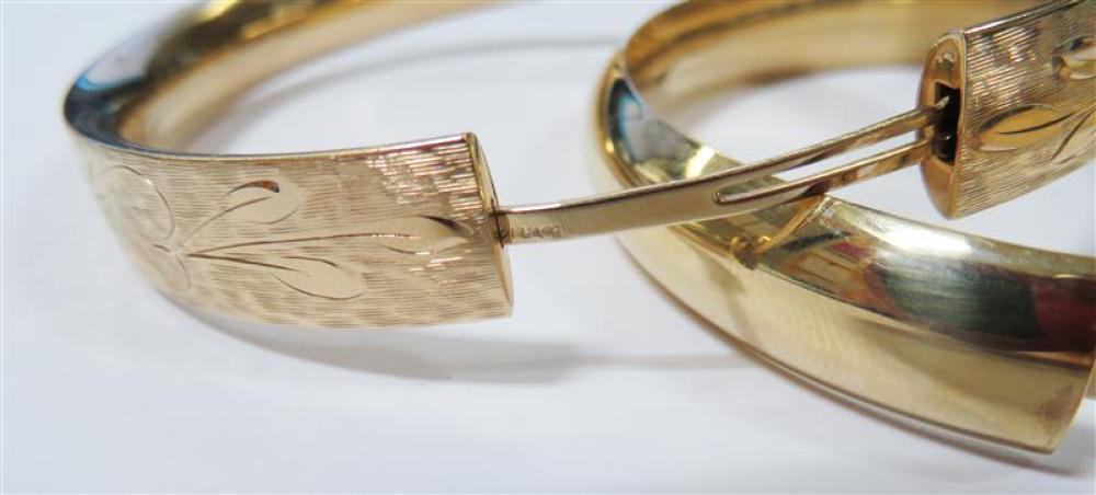Gold bangles (2pcs)