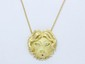 Chaîne pendentif en or, maille jaseron retenant une tête de lion en or ciselé partiellement amati; fermoir anneau ressort.. Poids brut: 17.30 g. Long: 42 cm.
