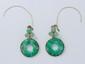 Paire de pendants d'oreilles en or, à décor d'inspiration asiatique en jade gravé. Attaches en métal.. Poids brut: 12.20 g. Long: 4.3 cm.