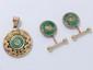Lot en or, composé d'un pendentif et d'une paire de boutons de manchettes à décor d'inspiration asiatique rehaussés de disque en jade. (fêles). Poids brut total: 12.40 g.