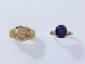 Lot en or, composé d'une bague chevalière armoriée et d'une bague ornée d'une pierre bleue.. (usure). Poids brut: 5.50 g. TDD: 55 et 60.