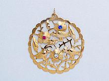 Pendentif circulaire en or ajouré de feuillages stylisés habités d'oiseaux, il est agrémenté de pierres de couleurs.. Poids brut: 5.30 g. Diam: 4 cm.