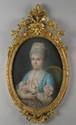Ecole Française XVIIIème. «dame de qualité à la robe bleue». Pastel ovale. 76 x 54 cm. Cadre en bois et stuc doré à décor floral