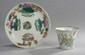Chine. Une tasse et une sous tasse en porcelaine à décor floral polychrome. Signée. Diam.: 13.5 cm
