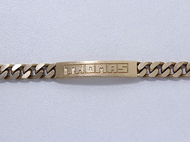 Bracelet identité en or, centré d'une plaque gravée.. Poids: 18 g. Long: 17.5 cm.