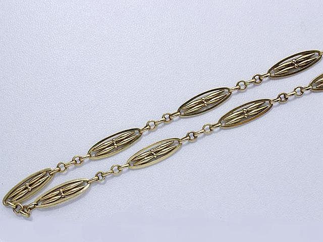 Chaîne en or maille forçat, rehaussée de motifs ovales ajourés. Travail français de la fin du XIX° début XX° siècle.. Poids: 19.50 g. Long: 47 cm.
