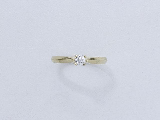Bague en or, ornée d'un diamant brillanté en serti griffe.. Poids brut: 3.20 g. TDD: 51.5.
