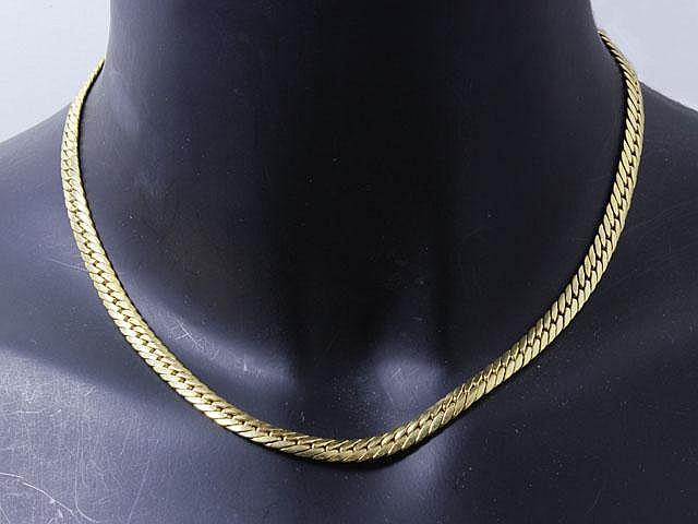 Collier en or, maille anglaise, agrémentée d'un fermoir mousqueton. On y joint une paire de boucles en débris.. Poids de l'ensemble: 19.20 g. Long: 42 cm.