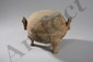 Urne Ding tripode couverte sertie de deux larges anses latérales. Terre cuite grise. Chine. Dynastie Han. 206 avant à 220 après JC. Ht 14cm x diam au col 18cm.