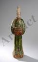 Dignitaire donateur,  portant une offrande vêtu d'une longue tunique et coiffé d'un haut chignon. Terre cuite à glaçure bicolore verte et ocre. Chine. Dynastie Ming. 1368 à 1644. 55cm.
