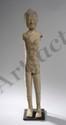 Guerrier figuré nu dans une posture hiératique. Terre cuite grise. Chine.  Dynastie des Han. 206 avant à 220 après. 58cm. Il portait des vêtements en textile et ses bras en bois ont aujourd'hui disparus.