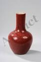 Vase langyao à panse globulaire, épaulement arrondi et col droit en porcelaine à couverte monochrome dites sang de baeuf. Chine. Dynastie Qing. 19 ème siècle. 22cm