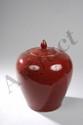 Potiche sang de baeuf  à épaulement arrondi en porcelaine à glaçure monochrome rouge.  Chine. Dynastie Qing. Ht   32cm. Diam au col   10cm.