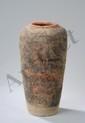 Haut vase de forme conique, épaulement arrondi et ouverture sans col en terre cuite grise décoré aux pigments rouges de personnage. Chine. Dynastie Han. 206 avant à 220 après JC.  Ht 33cm x diam au col 10cm.